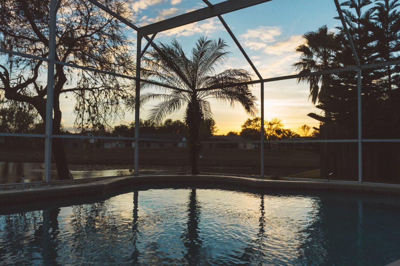 piscina da casa no fim de tarde
