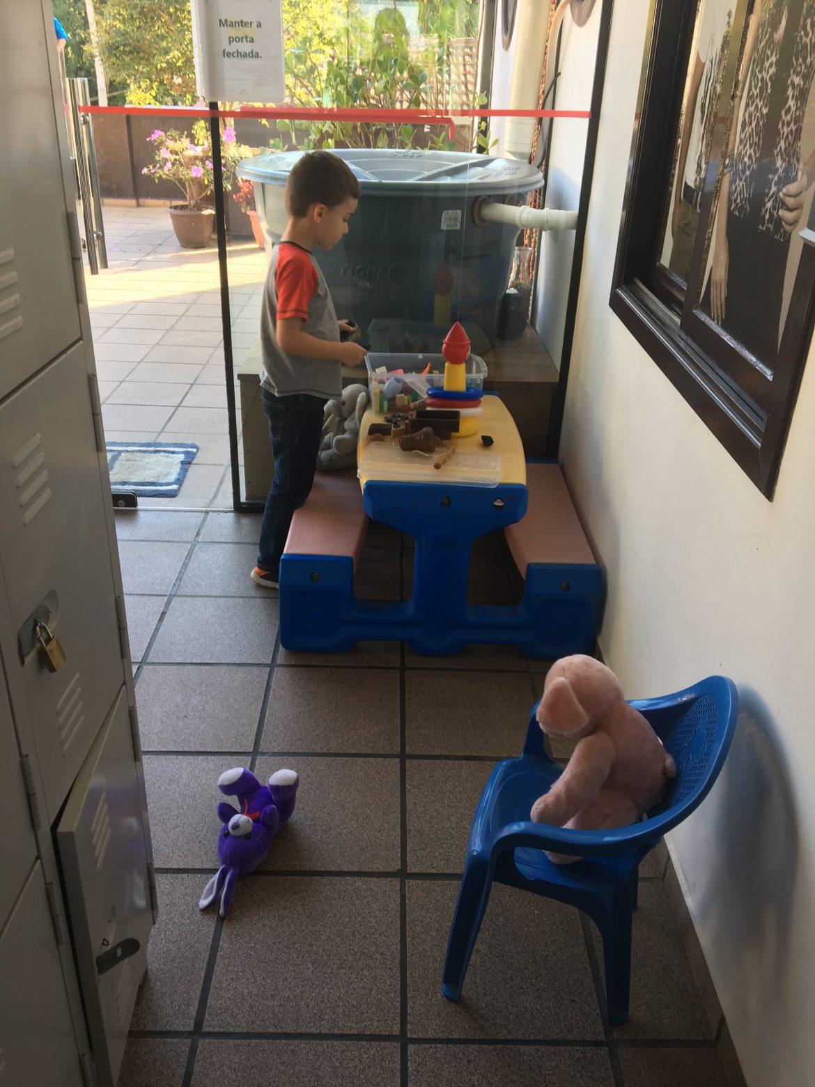 mesa de brincar ao lado do café da manhã