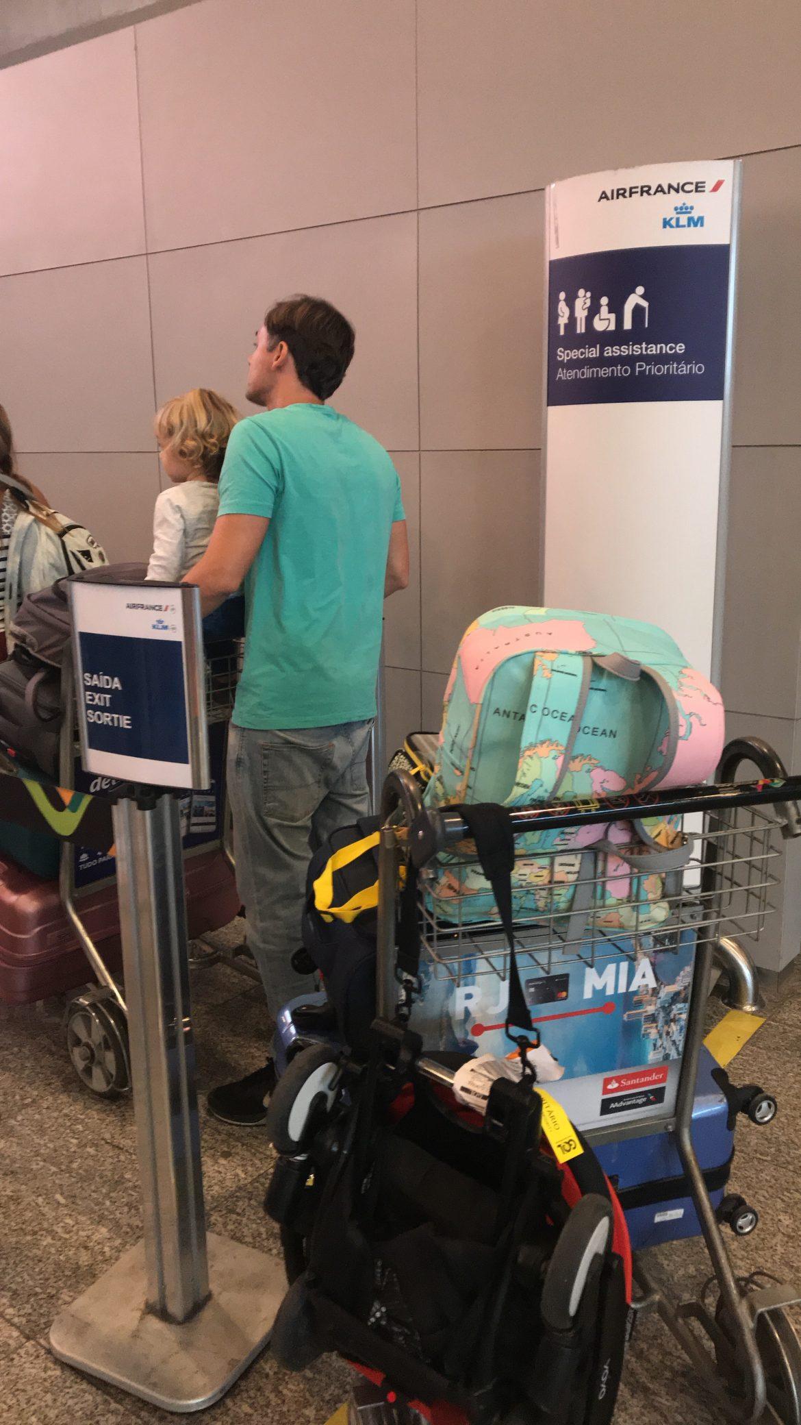 Prioridade em aeroporto para crianças de colo