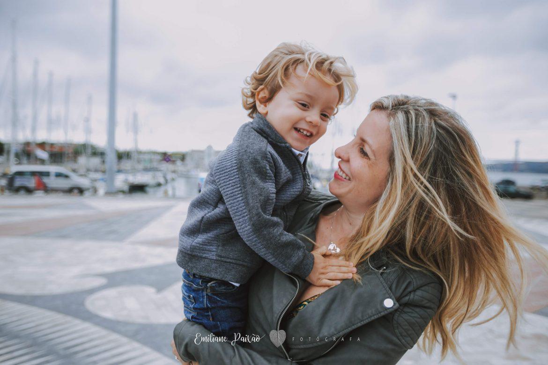 mãe abraçando filho e sorrindo em Lisboa