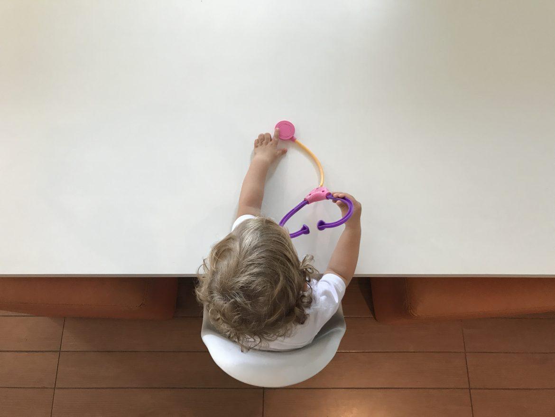 criança com estetoscópio saúde